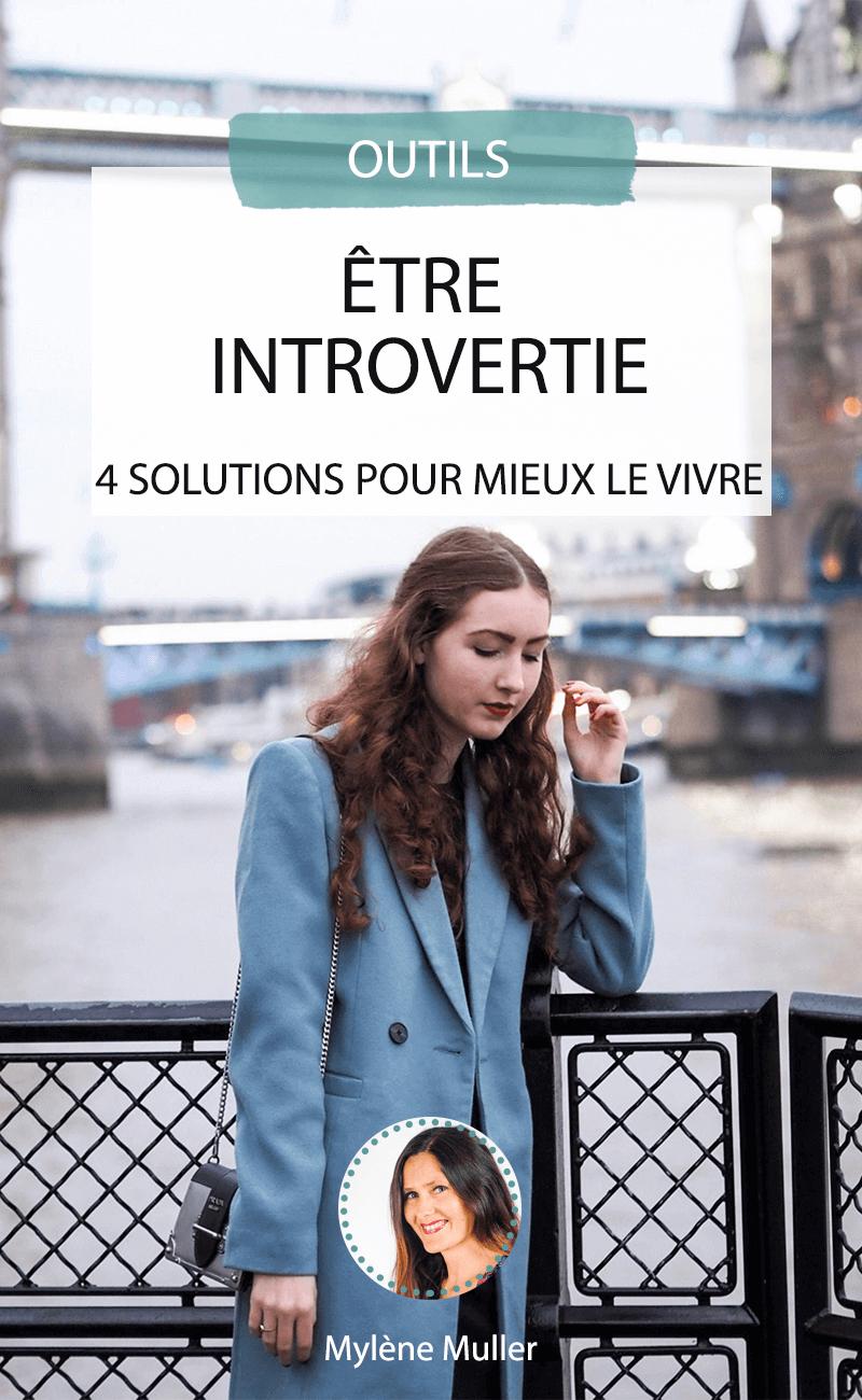 Vous êtes plutôt réservée ? Pas de panique, être introvertie n'est absolument pas un défaut. Pour vous aider à mieux le vivre au quotidien, nous vous suggérons 4 solutions faciles à suivre.